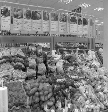 Выкладка товаров в торговом зале магазина